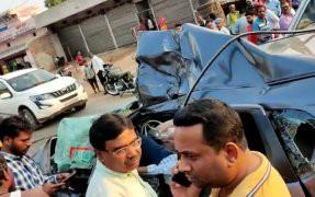 Photo of विश्रामपुर : अनियंत्रित तेज रफ्तार कार ने ट्रक को सामने से तेज टक्कर मार दी जिसमे एक की मौतऔर एक गंभीर रूप से घायल हो गया ।