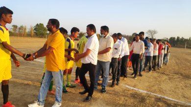 Photo of बिश्रामपुर : नगर से सटे ग्राम कुरुवां में प्रोत्साहन कप ग्रामीण स्तरीय फुटबॉल प्रतियोगिता का शुभारंभ किया गया ।