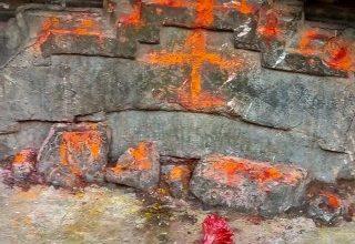 Photo of आरा सदर प्रखणड अंतर्गत इंटर स्तरीय उच्च विद्यालय कडारी के प्रांगण के समीप 1972 में हरयाणा स्टेट बोरिंग के लिए बोर अर्थात खुदाई करते समय बहुत से शिल्पकारों द्वारा तरासे गये पत्थरों के अवशेष